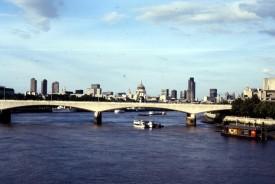 Blik op brug over Theems - Londen 110787 - AMI43 - Scan10393