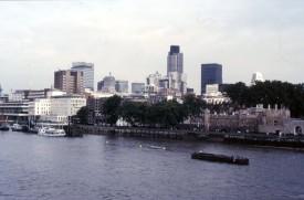 Londen vanaf de Tower Bridge 100888 AMT24 Scan10268